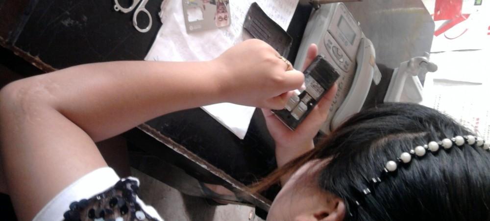 B_08-11_MsHua repairing a phone2